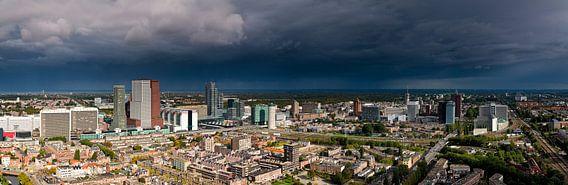 Donkere wolken boven Den Haag van Anton de Zeeuw