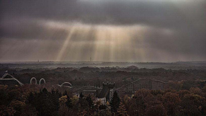 Wolkenstralen of jakobsladder van Arnold de Gans