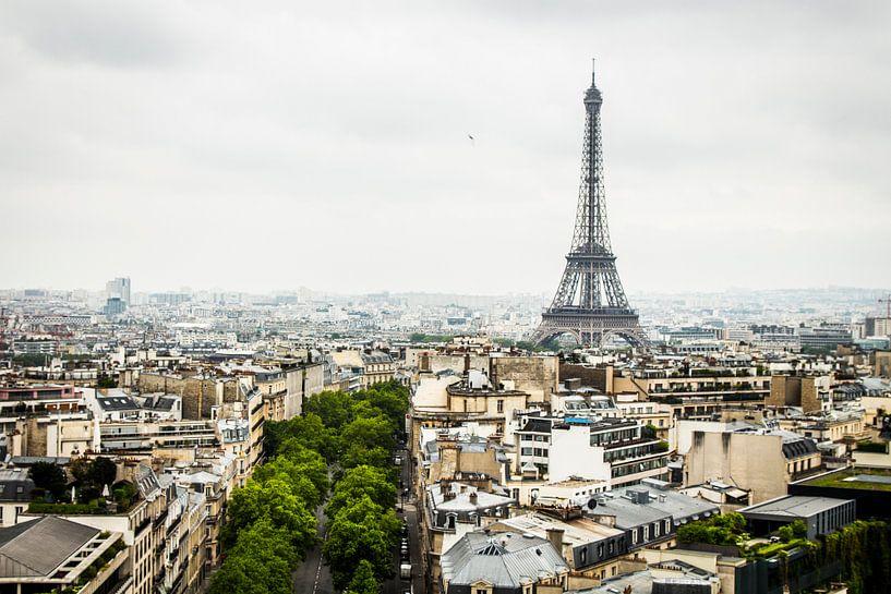 Eiffeltoren vanaf de Arc de Triomphe van Lars van 't Hoog