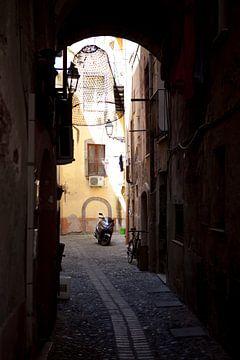 Steegje in Bosa, Sardinië van Kees van Dun
