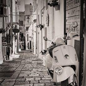 Vespa scooter in een straat in Italië in sepia van iPics Photography