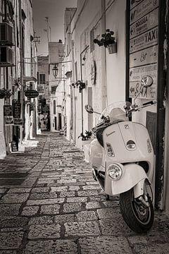 Vespa-Roller in einer Strasse in Italien in Sepia von iPics Photography