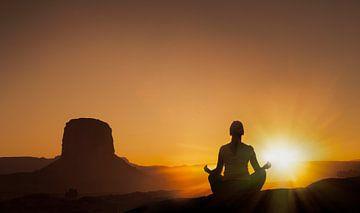 LPH 71305750 Dame mediteert bij zonsondergang, Monument Valley Navajo Tribal Park, USA van BeeldigBeeld Food & Lifestyle