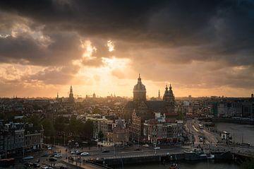 Beau coucher de soleil à la Skyline d'Amsterdam sur Albert Dros