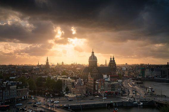 Schöner Sonnenuntergang an der Skyline von Amsterdam
