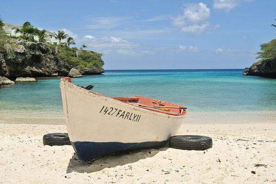 Vissersboot op het strand van Curaçao van Stefanie de Boer