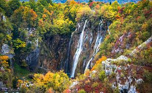 Waterval in de herfst in Plitvice Nationaal Park, Kroatië