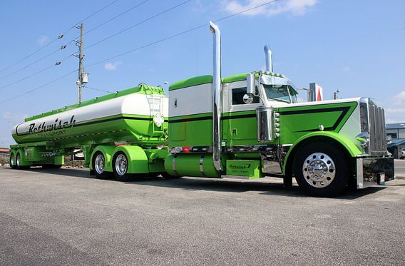 Groene Amerikaanse Peterbilt truck met tanker oplegger