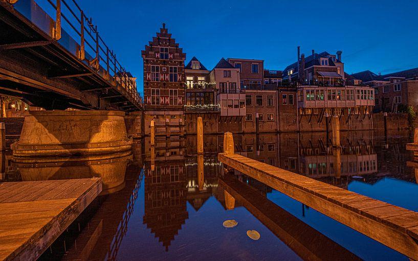 Gorinchem reflectie centrum avondfotografie blue hour oude stad van Marco van de Meeberg