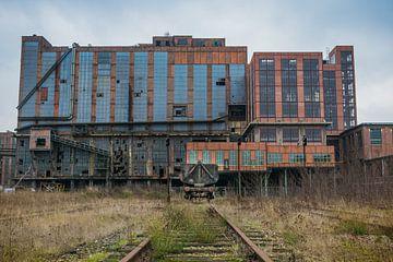 Wagon bij een verlaten fabriek