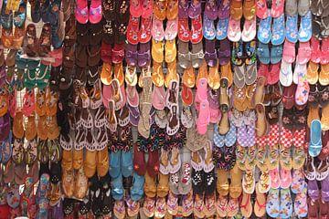 Slippers op de Soukh in Luxor van Philip Nijman