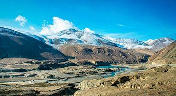 Ongerept berglandschap in Tibet van Rietje Bulthuis