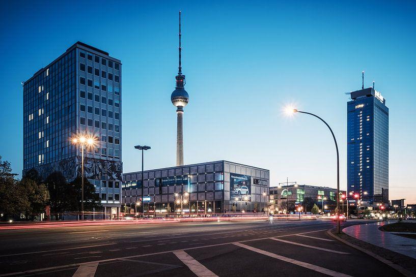 Blue Hour in Berlin: Alexanderplatz Square van Alexander Voss