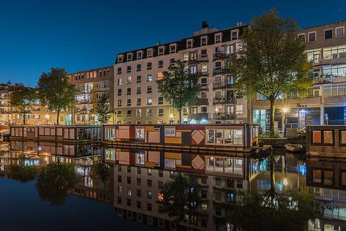 Mondriaanwoonboot in een Amsterdamse gracht