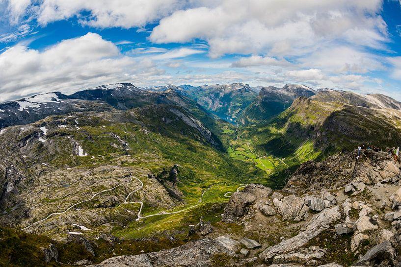 Uitzicht op Geiranger vanaf Dalsnibba in Noorwegen van Wouter Loeve