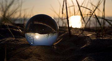 Fotokunst; Lensbal in de duinen2 van Astrid Luyendijk