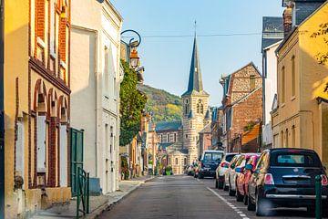 Eine authentische und malerische französische Straße mit Blick auf eine kleine Kirche in der Stadt Y von Michiel Ton