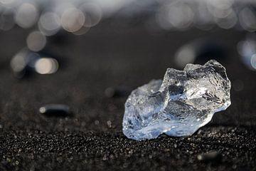 ijsblok op het zwarte strand van Jökulsárlón IJsland van Eus Nieuwenhuizen