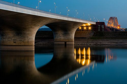 Spiegelwaal en brug bij Nijmegen