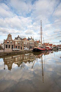 Rust in de haven van Makkum in Friesland van Harrie Muis