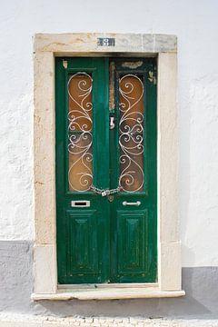De deuren van Portugal groen met hangslot nummer 8 van Stefanie de Boer