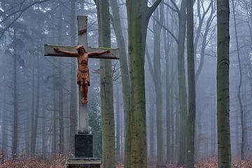 Kruis met Jezus in het mistige bos bij Kasteel Hillenraad