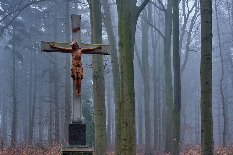 Kruis met Jezus in het mistige bos bij Kasteel Hillenraad van Epic Photography