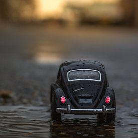 Heimfahrender Miniatur-VW-Käfer von John van de Gazelle