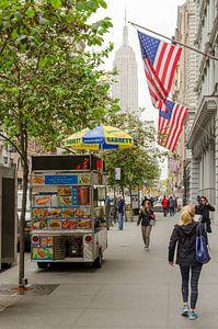 Typisch Amerikaans straatbeeld met zicht op Empire State Building vanaf 5th Avenue - New York