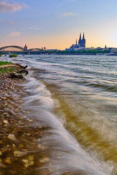 De skyline van Keulen met de Dom van Keulen, de Hohenzollernbrug en prachtige golven. van 77pixels