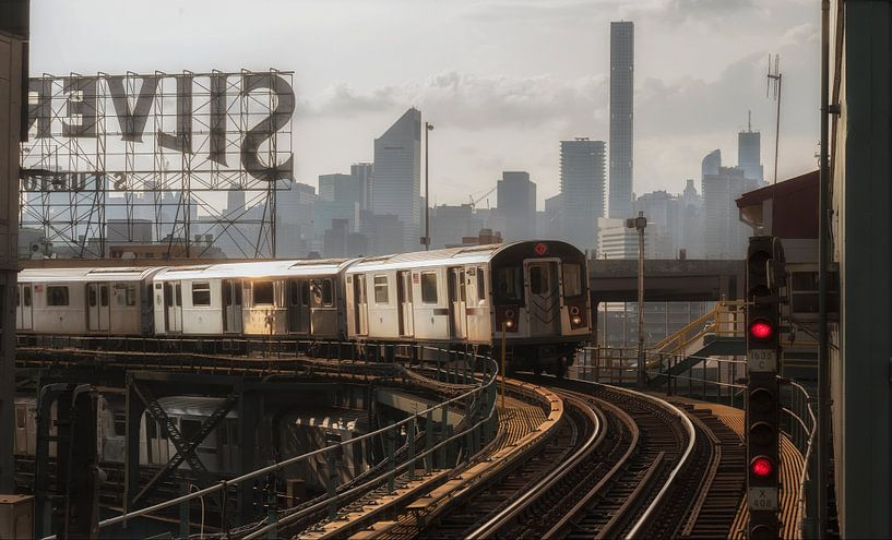 Train No.7 In Queens With The Manhattan Skyline van Nico Geerlings