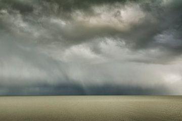 Donkere hagelwolken boven een kalme waddenzee van Marjon Meinders