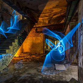 Blauw en oranje in trappenhuis van Steven Langewouters