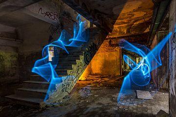 Blauw en oranje in trappenhuis von Steven Langewouters