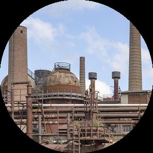 roestige ijzerfabriek met schoorstenen van Achim Prill