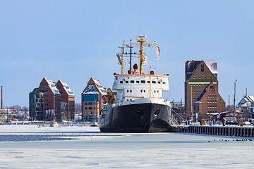 Ein Schiff im Stadthafen von Rostock sur Rico Ködder