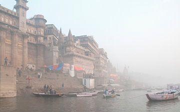 Ochtend mist in Varanasi von Dray van Beeck