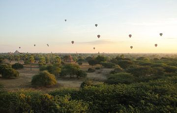 Hot Air Balloons above Bagan, Myanmar van Jesper Boot