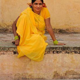Vrouw in gele sari in Jaipur, India van Gonnie van de Schans