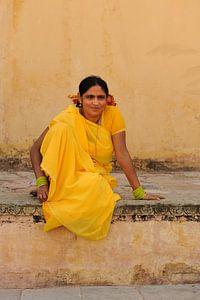 Vrouw in gele sari in Jaipur, India