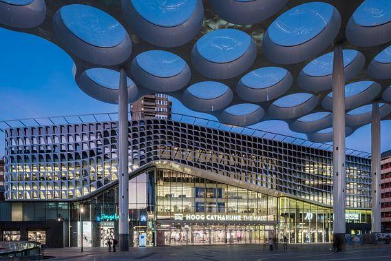 Menschen, die unter dem Kuppeldach spazieren, kaufen im Einkaufszentrum Hoog Catharijne in Utrecht e