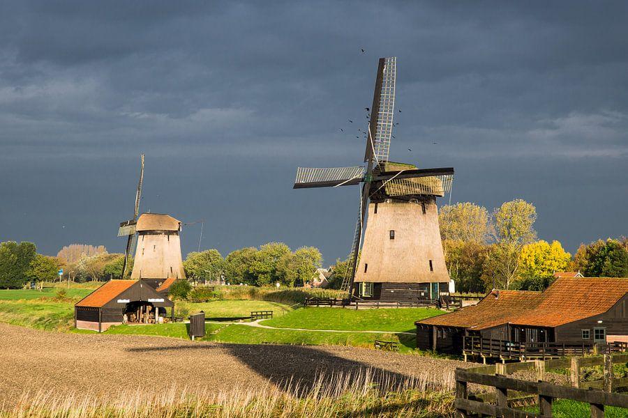 Hollandse molens tegen de donkere dreigende lucht