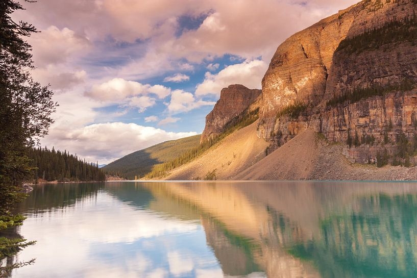 Moraine Lake in Banff NP van Ilya Korzelius