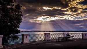 Zonnestralen boven de haven van Siracusa.