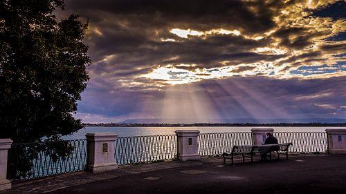Zonnestralen boven de haven van Siracusa. van