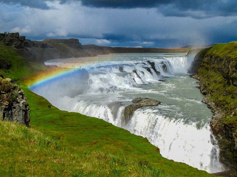 Dreigende lucht met regenboog boven de Gouden watervallen, IJsland