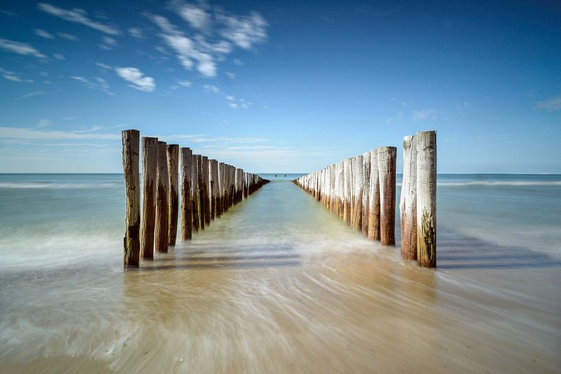 Golfbrekers op het strand van Domburg VII van Martijn van der Nat
