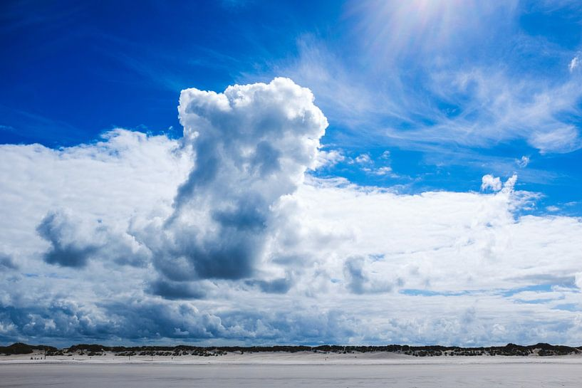 Wolken en strand van Nico van der Vorm