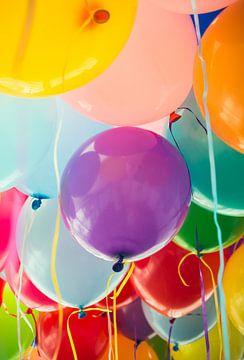 Veel vliegende kleurrijke ballonnen op een feest van Denny Gruner