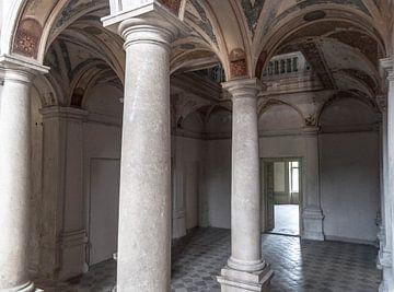 Pilaren in kasteel van Fatima Maria Mernisi